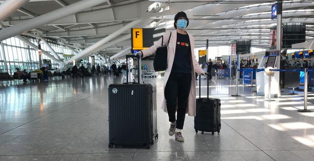 Resenär på flygplats i London.  Kirsty Wigglesworth / TT NYHETSBYRÅN