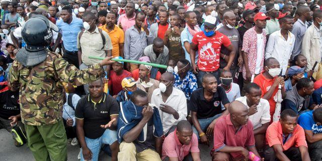 Kenyansk polis motar tillbaka färjepassagerare som måste coronatestas i Mombasa.  TT NYHETSBYRÅN