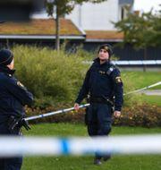 Polisen arbetar på mordplatsen.  Johan Nilsson/TT / TT NYHETSBYRÅN