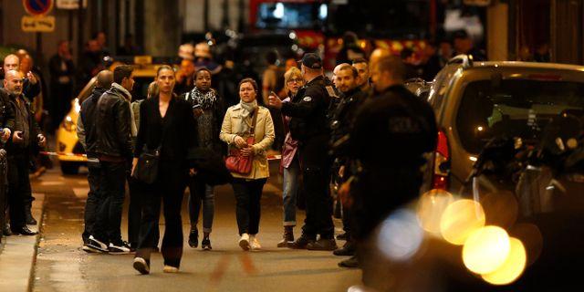 Människor evakueras från platsen efter gårdagens dåd. Thibault Camus / TT / NTB Scanpix