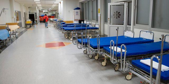 Tomma sjukhussängar i en korridor på Danderyds sjukhus. Bertil Ericson / TT / TT NYHETSBYRÅN
