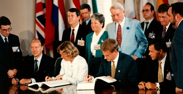 Statsminister Carl Bildt och utrikesminister Margaretha af Ugglas signerar Sveriges EU-avtal.  Anna Littorin/TT / TT NYHETSBYRÅN
