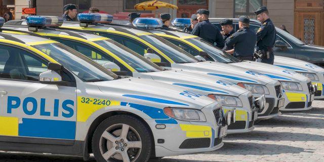 Arkivbild, uppställda polisbilar på Mynttorget i Stockholm.  50080 / TT NYHETSBYRÅN