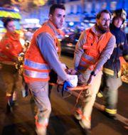 Arkivbild: Räddningspersonal i Paris vid attackerna Thibault Camus / TT NYHETSBYRÅN