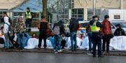 Flyktingar, polis och avspärrningar vid Migrationsverkets ankomstboende på Jägersro i Malmö i november 2015.  Anna Karolina Eriksson/TT / TT NYHETSBYRÅN