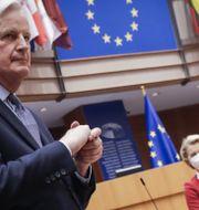 Michel Barnier var EU:s chefsförhandlare i brexitfrågan fram till tidigare i år. Han talade inför EU-parlamentet i går, inför dagens omröstning för att ratificera handelsavtalet med Storbritannien. I bakgrunden EU-kommissionens ordförande Ursula von der Leyen.  Olivier Hoslet / TT NYHETSBYRÅN