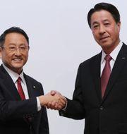 Toyotas vd Akio Toyoda, till vänster, och Mazdas vd Masamichi Kogai, till höger, under en presskonferens i Tokyo på fredagen.  Eugene Hoshiko / TT / NTB Scanpix