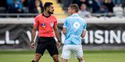Rosenberg och domaren Mohammed Al-Hakim under matchen mellan MFF och Häcken tidigare i augusti. Thomas Johansson/TT / TT NYHETSBYRÅN