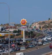 Långa köer utanför en bensinmack i Libanon. Hassan Ammar / TT NYHETSBYRÅN