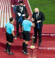 Fifas ordförande Gianni Infantino delar ut medaljer. MOHAMMED DABBOUS / BILDBYRÅN