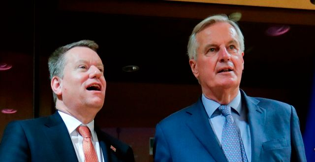 Frost och Barnier. Bild från 2 mars. OLIVIER HOSLET / TT NYHETSBYRÅN