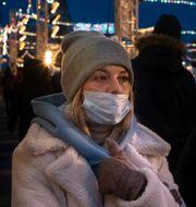 Kvinna i Moskva bär munskydd.  Alexander Zemlianichenko / TT NYHETSBYRÅN