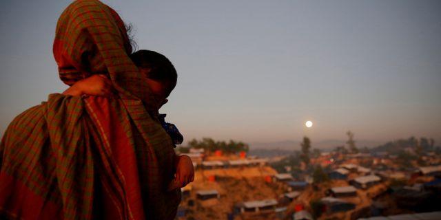Arkivbild. Rohingyer med ett barn i famnen ser ut över flyktingläger i Bangladesh. Susana Vera / TT NYHETSBYRÅN