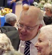 Någon kastar ett ägg på Australiens premiärminister Scott Morrison vid en sammankomst inför valet. TT