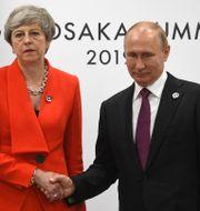 Theresa May och Vladimir Putin skakar hand under G20-möte. STR / TT NYHETSBYRÅN/ NTB Scanpix