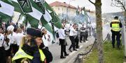 Nazistiska NMR demonstrerar i Kungälv 1 maj i år. På flaggorna syns tyrrunan. Björn Larsson Rosvall/TT / TT NYHETSBYRÅN