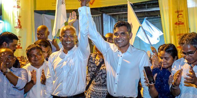 Ibrahim Mohamed Solih, till höger, firar segern i presidentvalet Mohamed Sharuhaan / TT NYHETSBYRÅN/ NTB Scanpix