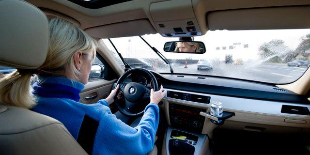 En kvinna kör bil/arkivbild.  PONTUS LUNDAHL / TT / TT NYHETSBYRÅN