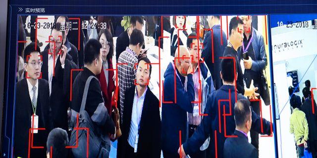 Besökare på mässa i Kina övervakas med verktyg för ansiktsigenkänning. Ng Han Guan / TT NYHETSBYRÅN