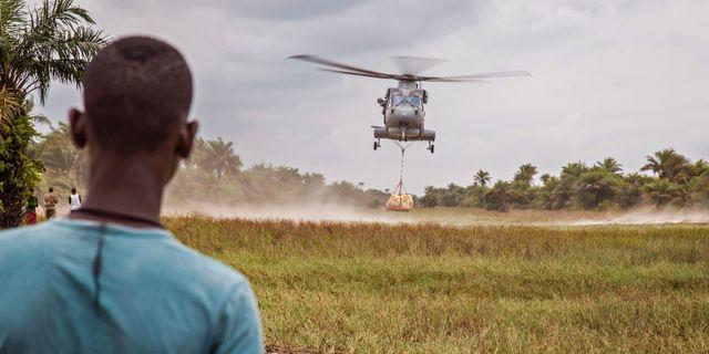 En helikopter lämnar mat i Sierra Leone år 2014. Michael Duff / TT / NTB Scanpix
