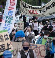 Demonstration mot OS i Tokyo på söndagen. Eugene Hoshiko / TT NYHETSBYRÅN
