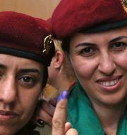 Kvinnliga peshmergasoldater röstar i självständighetsomröstningen i måndags. SAFIN HAMED / AFP