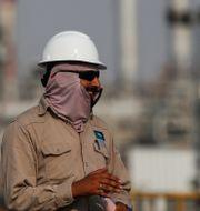 Anställd på Saudi Aramco vid annan oljeanläggning. Maxim Shemetov / TT NYHETSBYRÅN