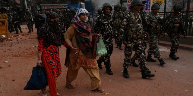 Tungt beväpnad polis patrullerar gatorna i Delhi Rajesh Kumar Singh / TT NYHETSBYRÅN