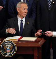 Kinas vice premiärminister Lui he och Donald Trump signerar fas et-avtalet på onsdagen. KEVIN LAMARQUE / TT NYHETSBYRÅN