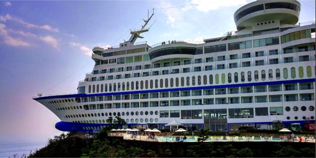 Utomhuspoolen är fylld av saltvatten. Sun Cruise Resort & Yacht