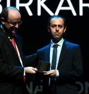 Caucher Birkar tar emot Fieldsmedaljen. STR / HO