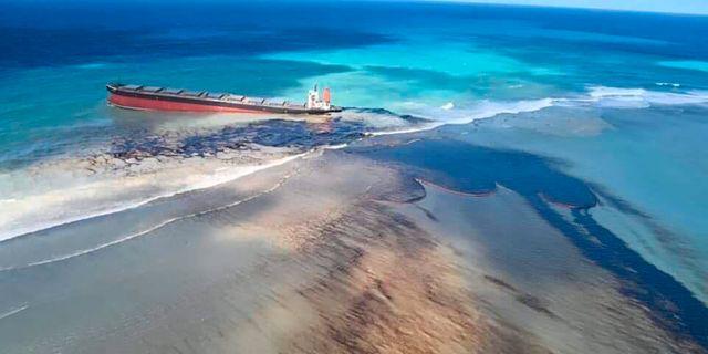 Olja läcker ut från MV Wakashio. Georges de La Tremoille / TT NYHETSBYRÅN