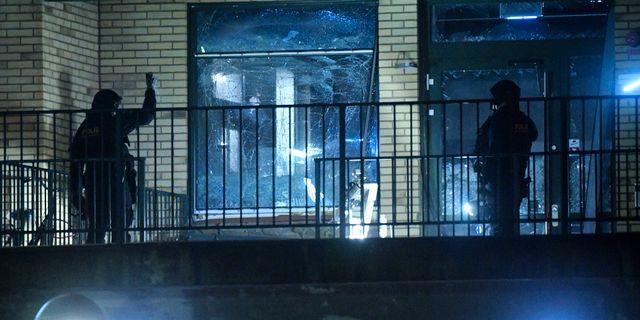 Polisens bombtekniker undersöker platsen för explosionen. Johan Nilsson/TT / TT NYHETSBYRÅN