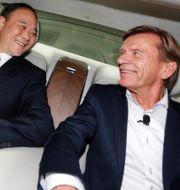 Arkivbild: Li Shufu, ordförande för Geely Holding, tillsammans med Volvo Cars vd Håkan Samuelsson, 2016.  AP PHOTO / TT NYHETSBYRÅN