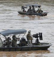 Colombianska soldater patrullerar floden Arauca längs med gränsen till Venezuela. Arkivbild från 26 mars.  Fernando Vergara / TT NYHETSBYRÅN