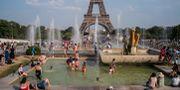 Folk badar i värmeböljan i Paris.  Rafael Yaghobzadeh / TT NYHETSBYRÅN/ NTB Scanpix