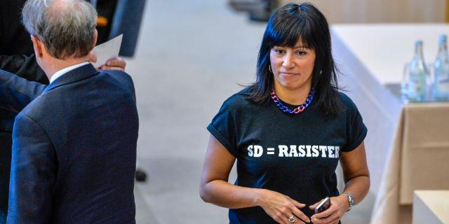 """Vänsterpartiets Rossana Dinamarca med en t-shirt med texten """"SD=rasister"""" i riksdagen 2015. Henrik Montgomery / TT / TT NYHETSBYRÅN"""