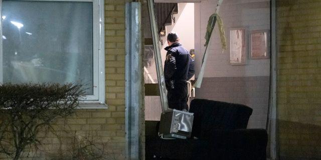 Polis på plats efter en explosion i ett trapphus på Ramels väg på Rosengård i Malmö tidigt på måndagsmorgonen Johan Nilsson/TT / TT NYHETSBYRÅN