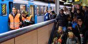 Passagerare på väg till och från pendeltåg på Centralen i Stockholm, arkivbild. Anders Wiklund / TT / TT NYHETSBYRÅN