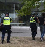 Polisen för bort en person i samband med SD-ledaren Jimmie Åkessons tal i Almedalen.  Vilhelm Stokstad/TT / TT NYHETSBYRÅN