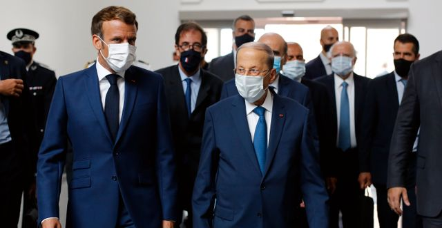 Frankrikes president Emmanuel Macron tillsammans med Libanons president Michel Aoun på flygplatsen i Beirut.  Thibault Camus / TT NYHETSBYRÅN