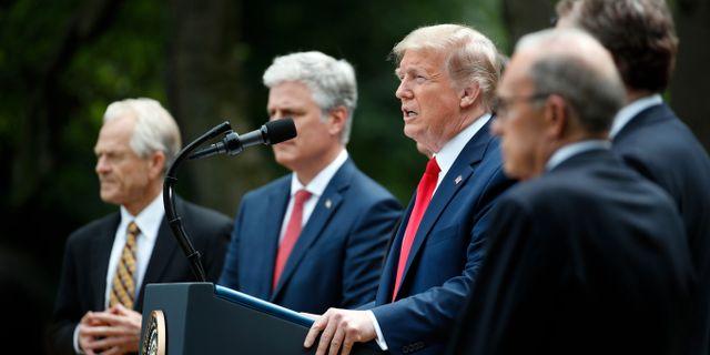 Donald Trump tillsammans med sina rådgivare vid talet i slutet av maj Alex Brandon / TT NYHETSBYRÅN