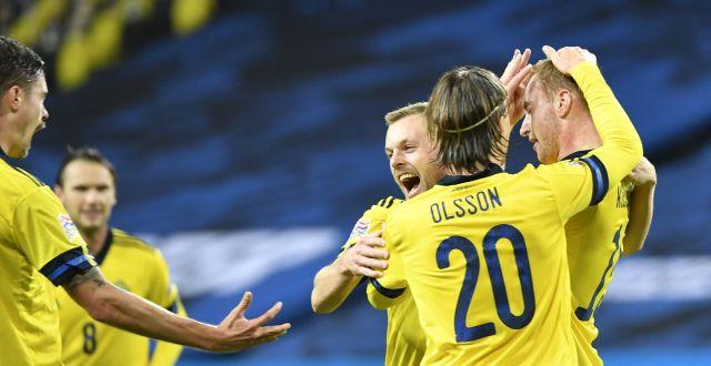 Dejan Kulusevski grattas efter 1-0 av Kristoffer Olsson och Sebastian Larsson. Henrik Montgomery/TT / TT NYHETSBYRÅN