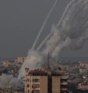 Raketeld i Gaza/Israeler springer för att ta skydd när luftvärnssirener börjar ljuda. TT