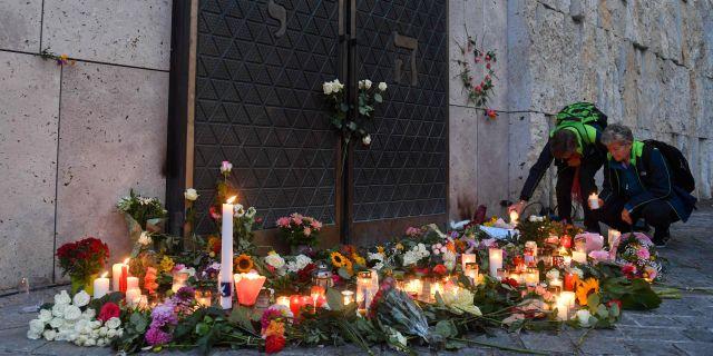 Offren hedras utanför synagogan i Halle. CHRISTOF STACHE / AFP