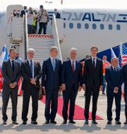 Jared Kushner och USA:s delegater tillsammans med Israels delegater. Menahem Kahana / TT NYHETSBYRÅN