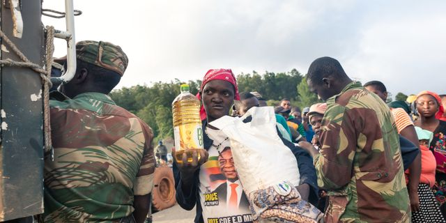 Bybor i Zimbabwe tar emot nödhjälp. JEKESAI NJIKIZANA / AFP