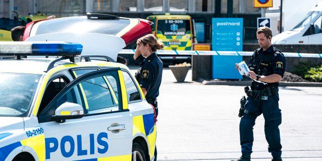 Polis och avspärrningar utanför postterminalen på Borrgatan i Malmö på onsdagen. Johan Nilsson/TT / TT NYHETSBYRÅN