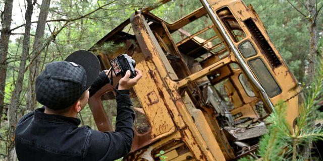 Turist i spökstaden Pripjat.  GENYA SAVILOV / AFP