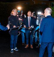 Norges finansminister Jan Tore Sanner intervjuas av pressen utanför sitt hem på morgonen före budgetpresentationen.  Terje Pedersen / TT NYHETSBYRÅN
